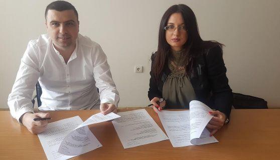 Detalj sa potpisivanja ugovora Rijad Muškić direktor hotela M i Jelena Leković direktorka Centra za socijalni rad