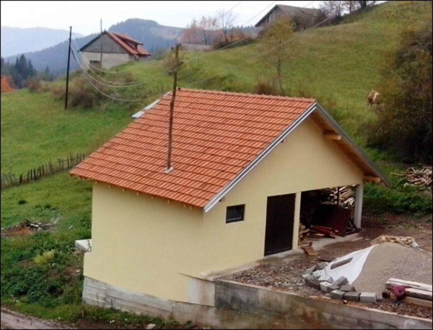 Бандера у гаражи, у селу Правошева, на Златару