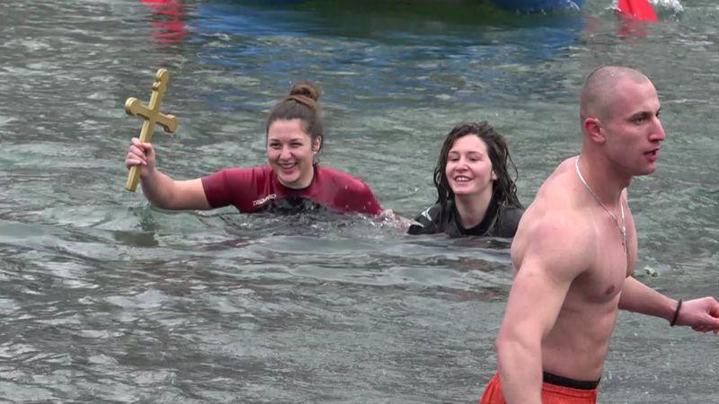Жељка Шалипур прва допливала до Богојављенског крста у Прибоју 2017. године