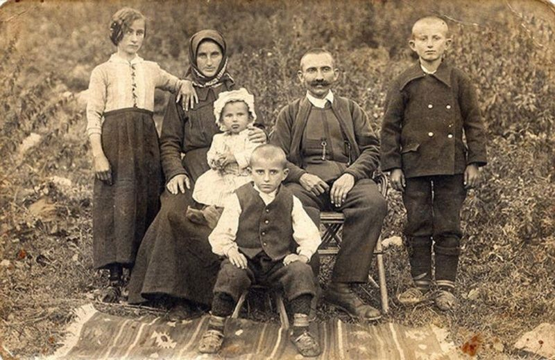 Вунена одећа с почетка 20. века (из албума породице Чакаревић)
