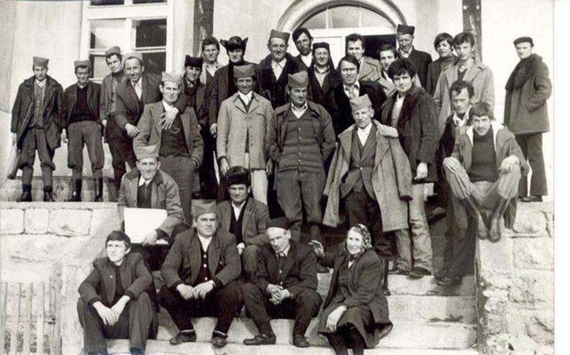 Мештани Доњег Трудова пред школом 1979. године