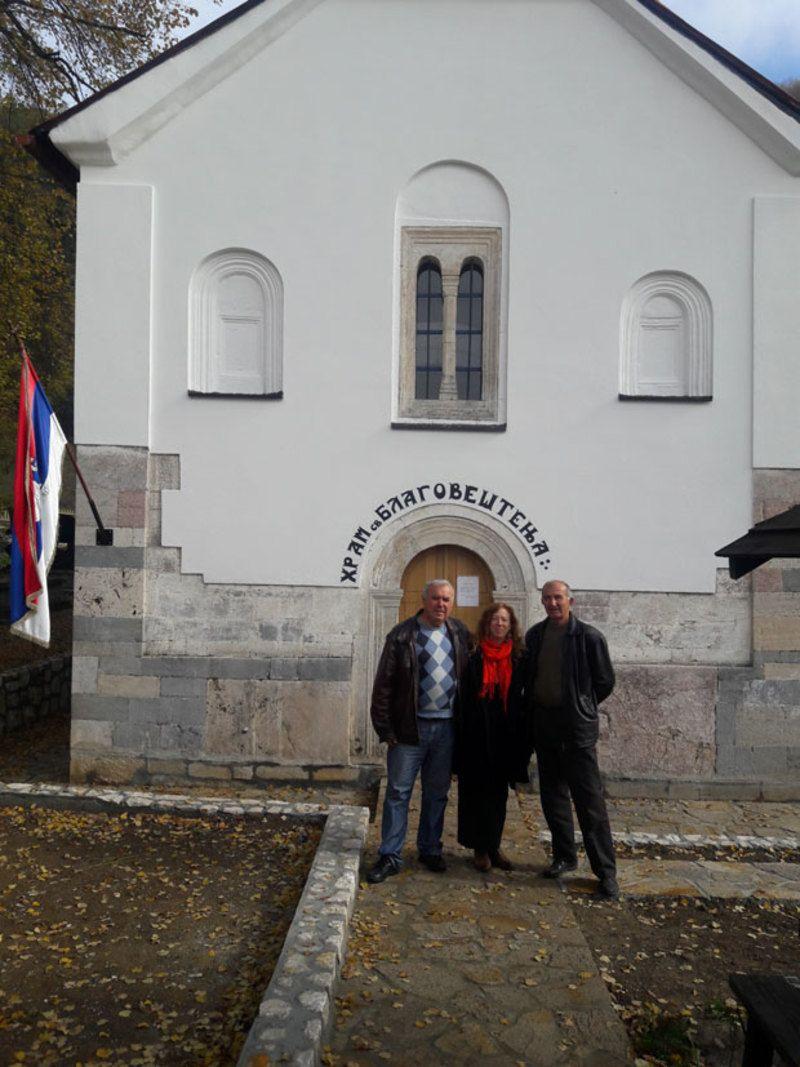 Натали у манастиру Дубница са владиком Атанасијем Фото Приватна архива