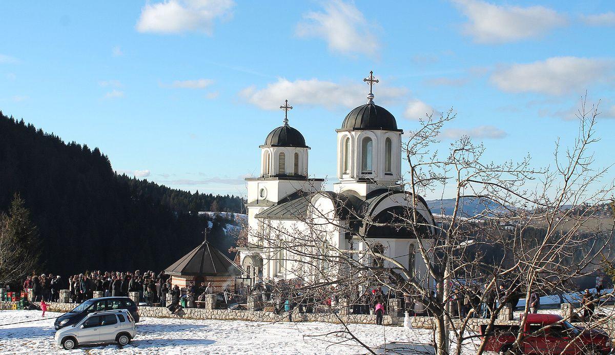 Ложење бадњака код цркве Рођења Христовог на Бабића Брду (Фото: Д. Гагричић)