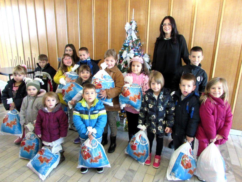 Радосна лица деце након добијених поклона