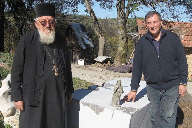 Iguman Makarije i vajar Vladimir Mitrović kraj kamena za spomenik