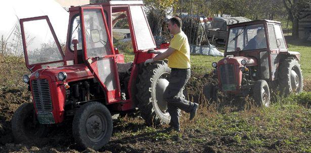 Traktor u njivi