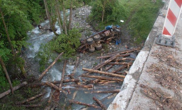 Kamion sleteo sa mosta