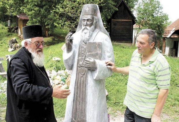 Iguman Makarije i vajar Mitrović kraj spomenika patrijahu gavrilu