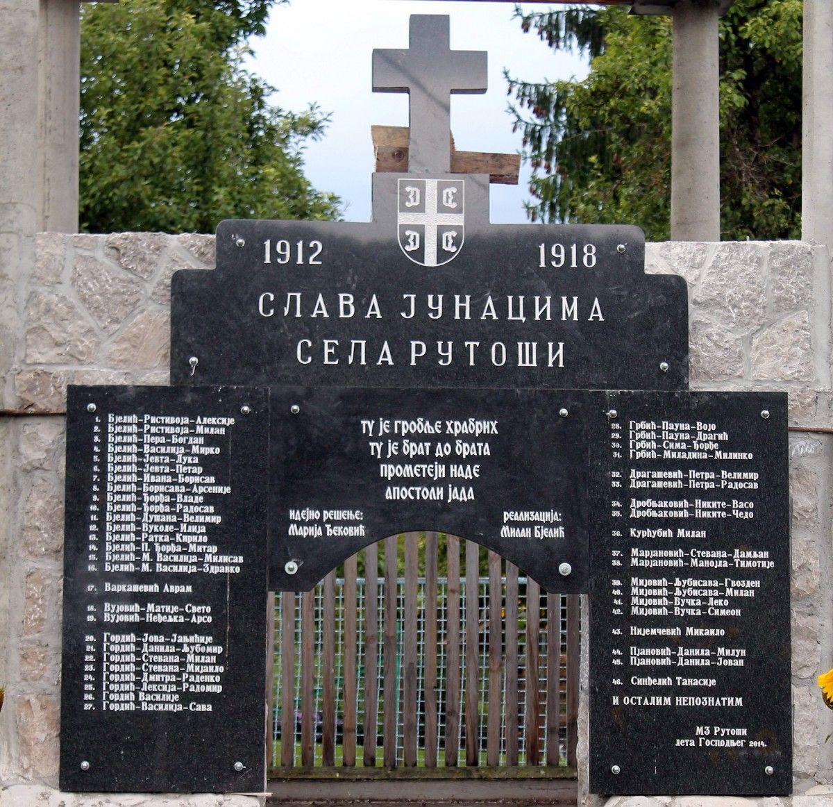 Slava junacima sela Rutoši - zapisano je na obeležju pored škole