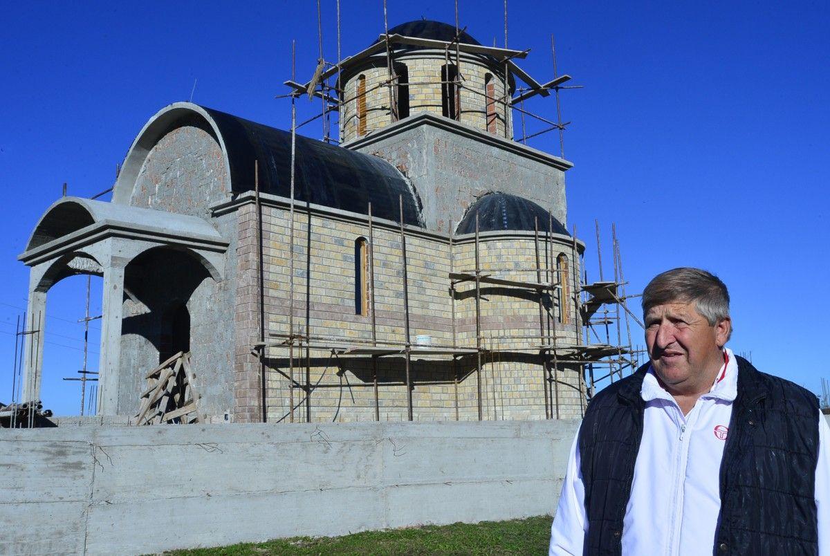 Војко Пурић испред цркве на Смреки