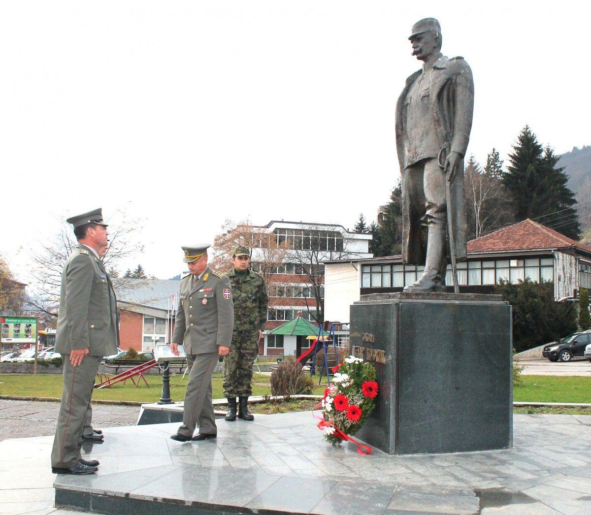 Официри пешадије Војске Србије одају пошту војводи Бојовићу