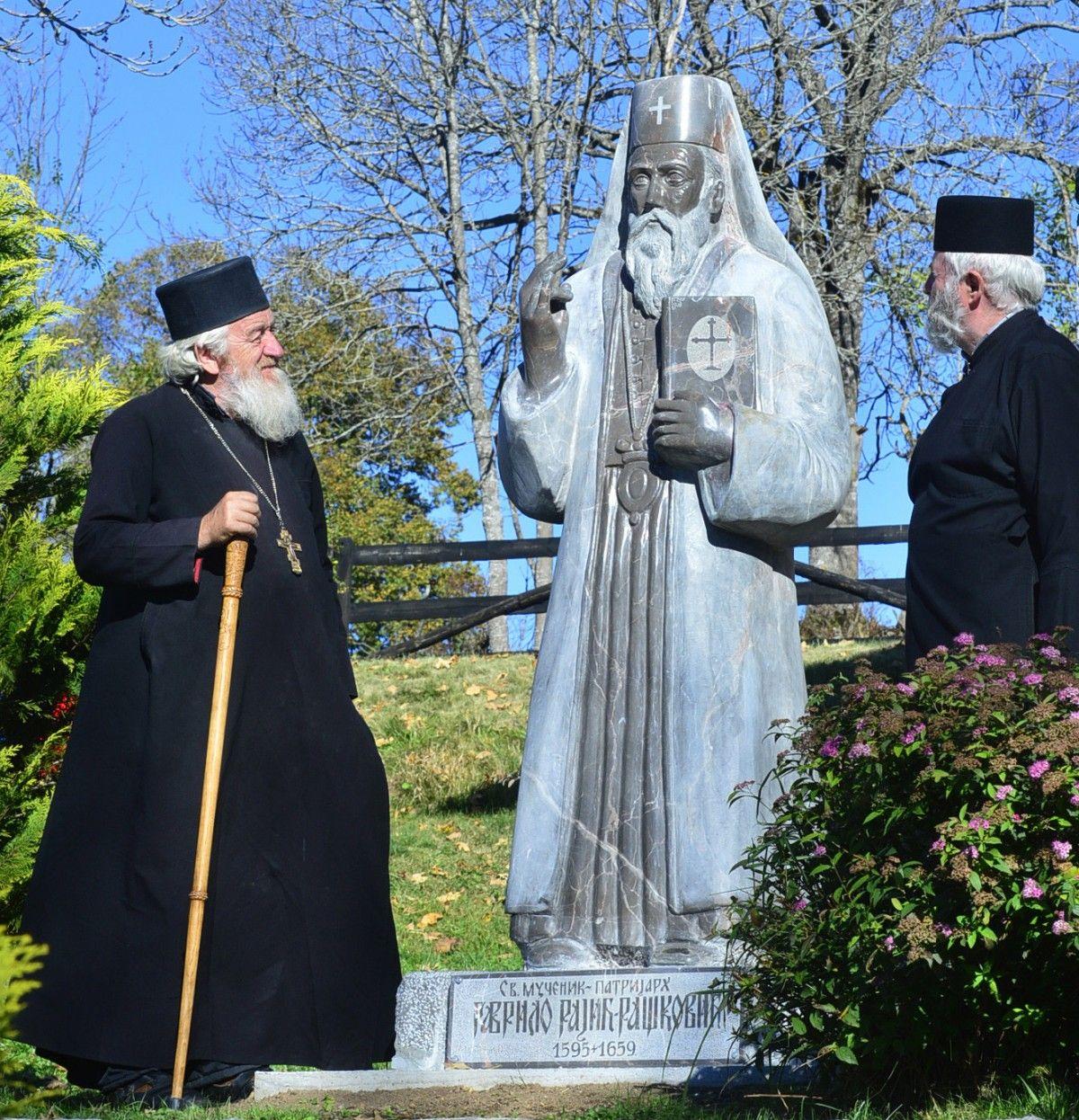 Споменик  патријарху Гаврилу Рашковићу, дело вајара Владана Митровића