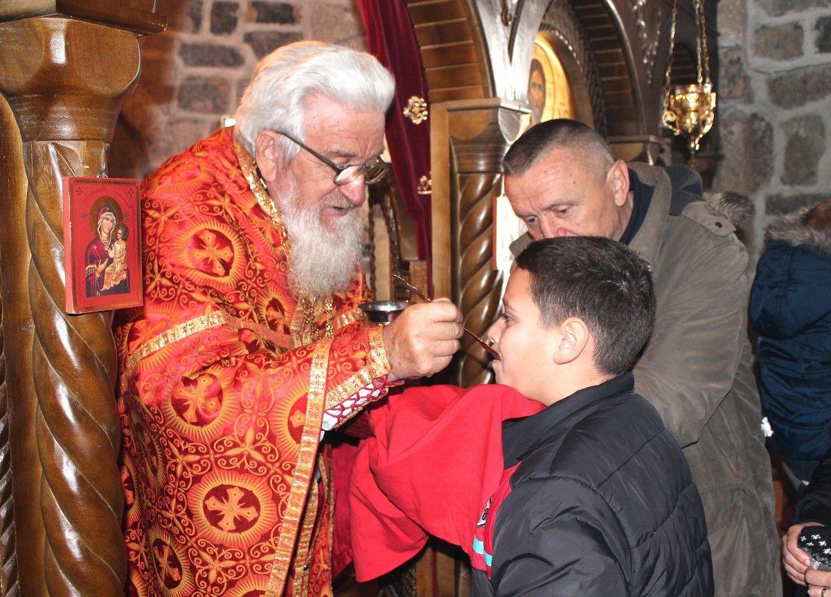 После васкршње литургије – причешће у манастиру Дубница