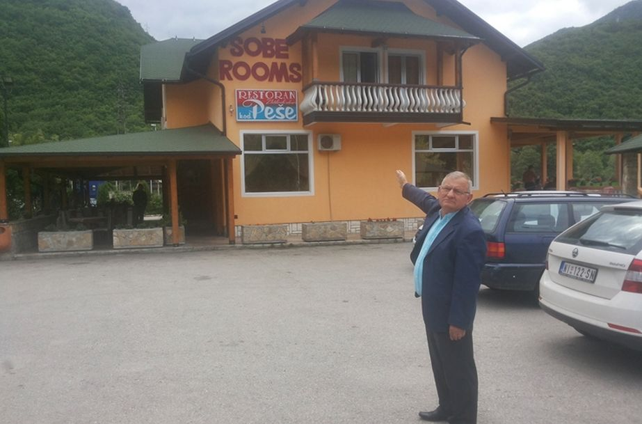 Пешић Милан испред свог ресторана