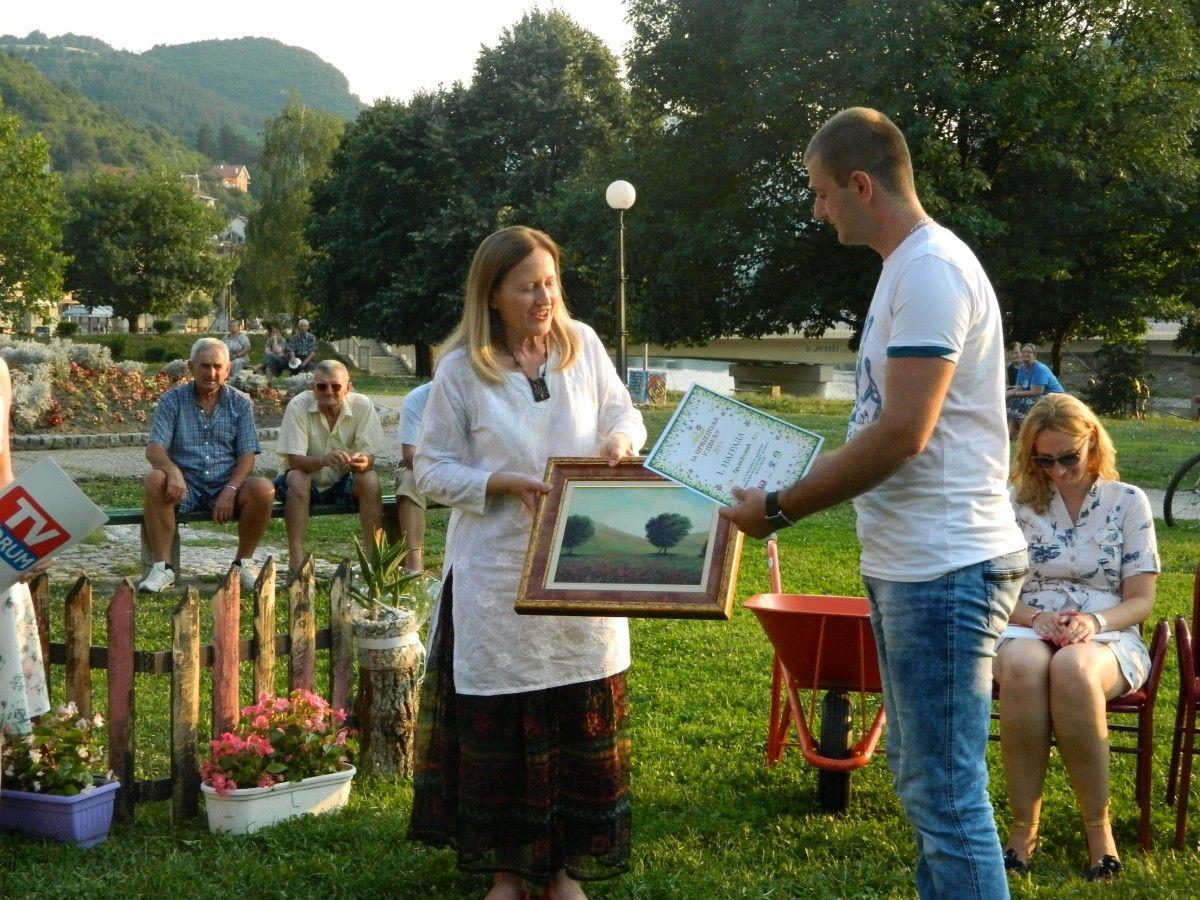 Милева Малешић уручује награду победнику, Ерсану Јусовићу