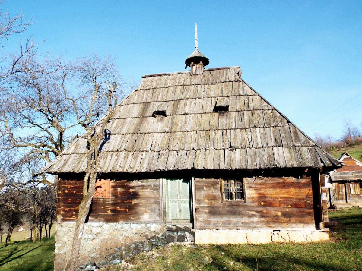 Народно градитељство сачувало мајсторство и кров од шиндре - брвнара Вилотијевића из Гостиља