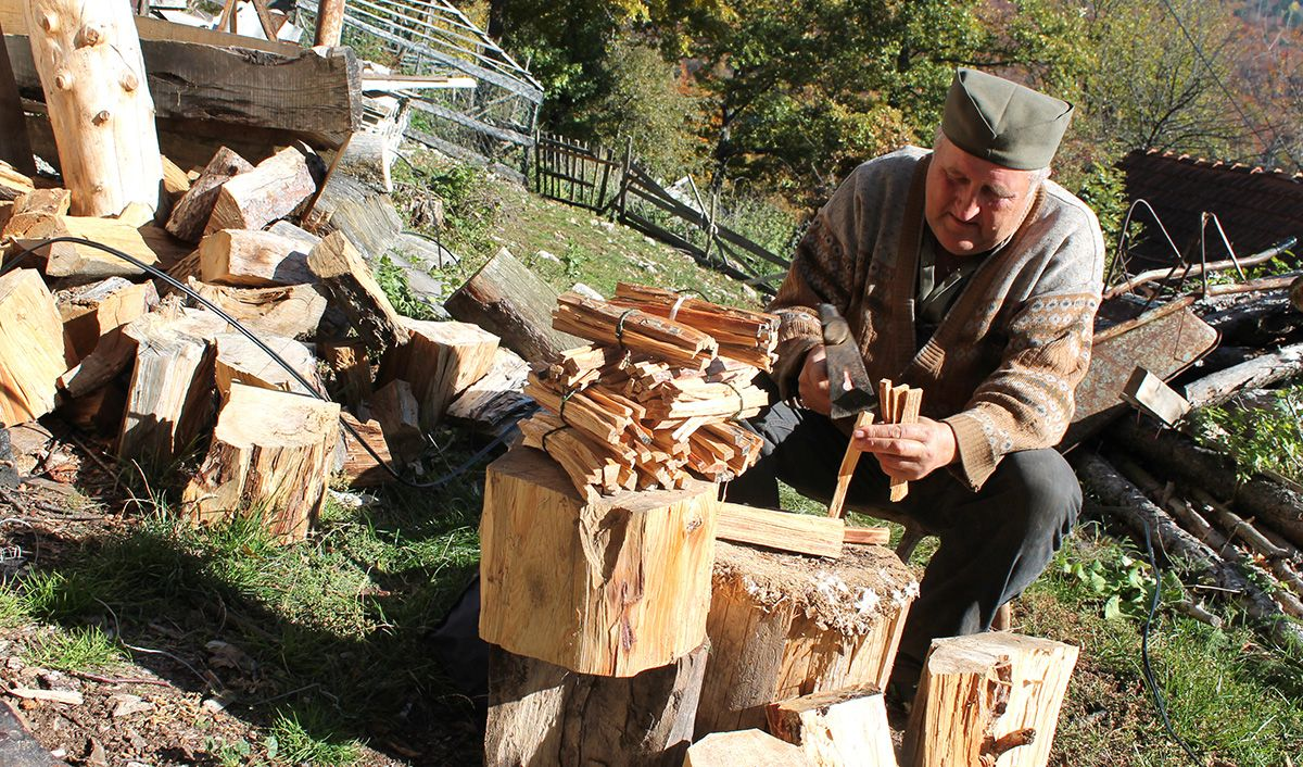 Цeпање луча - Недељко Грујичић се припрема за пијаце на Златиборуи и у Новој Вароши