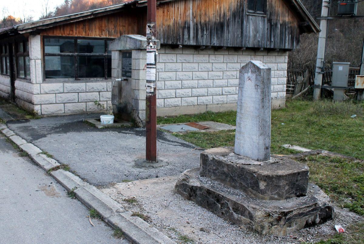 Начети зубом времена - споменик и чесма чекају неимаре