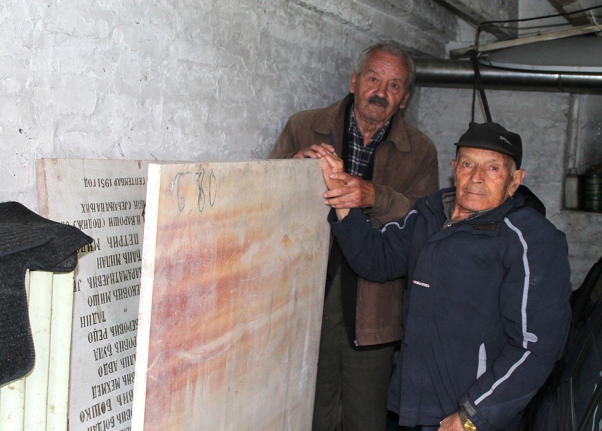 Mermerna obelezja u tami - Milisav Bjelic i Radosav Drulovic, predsednici opstinskog i gardskog odbora SUBNOR-a