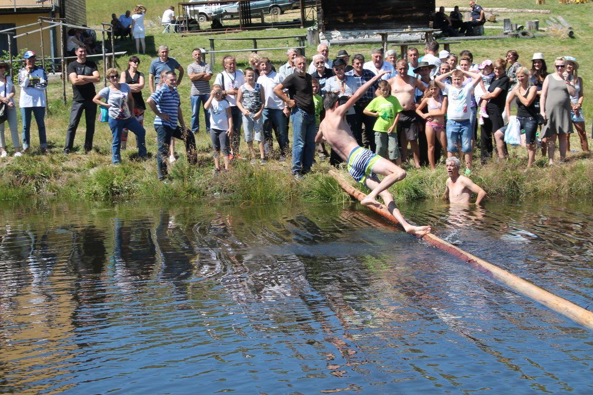 БРВНО – вредело је покушати, бар се упорни такмичар окупао у језерцету, на извору Рзава, на Муртеници