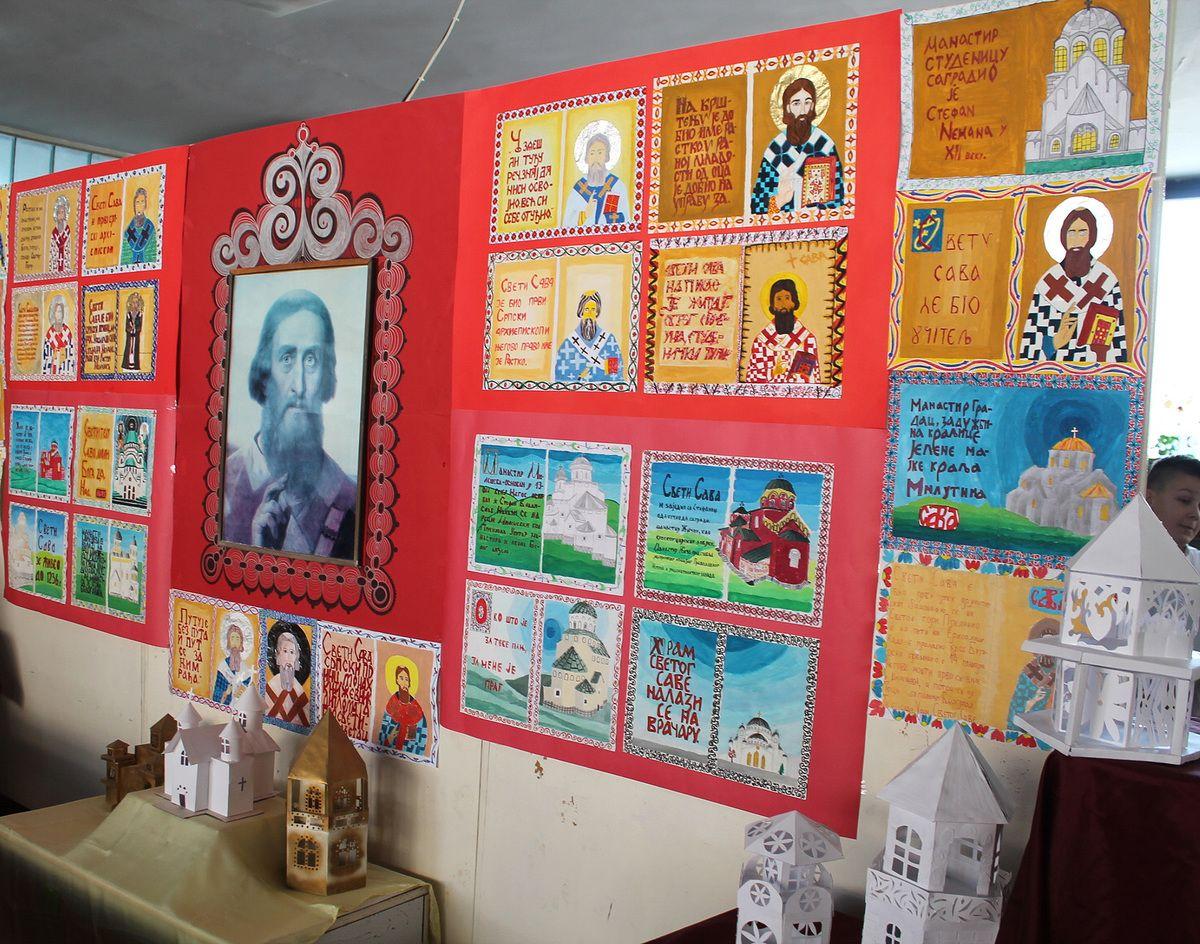 Изложба ликовних радова ученика у холу школе