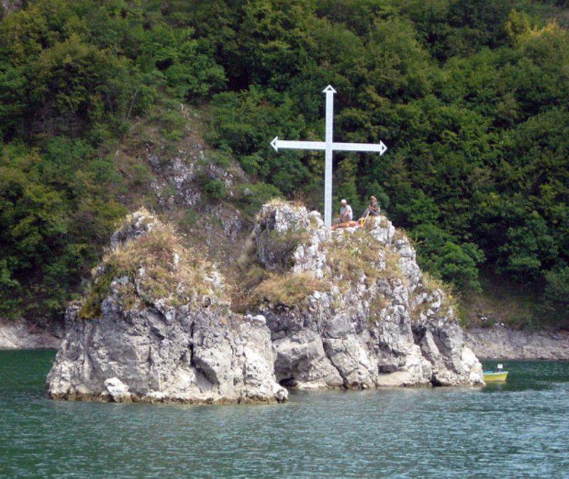 Крст на стени уз коју је била потопљена црква