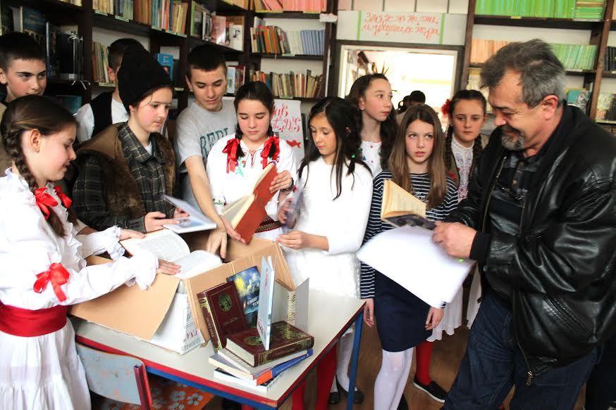 Ђаци са уредником акције Књига солидарности Михаилом Шћепановићем