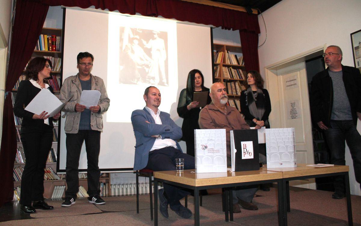 Трагови театра,  аутори књиге и нововарошки глумци аматери на сцени Библиотеке