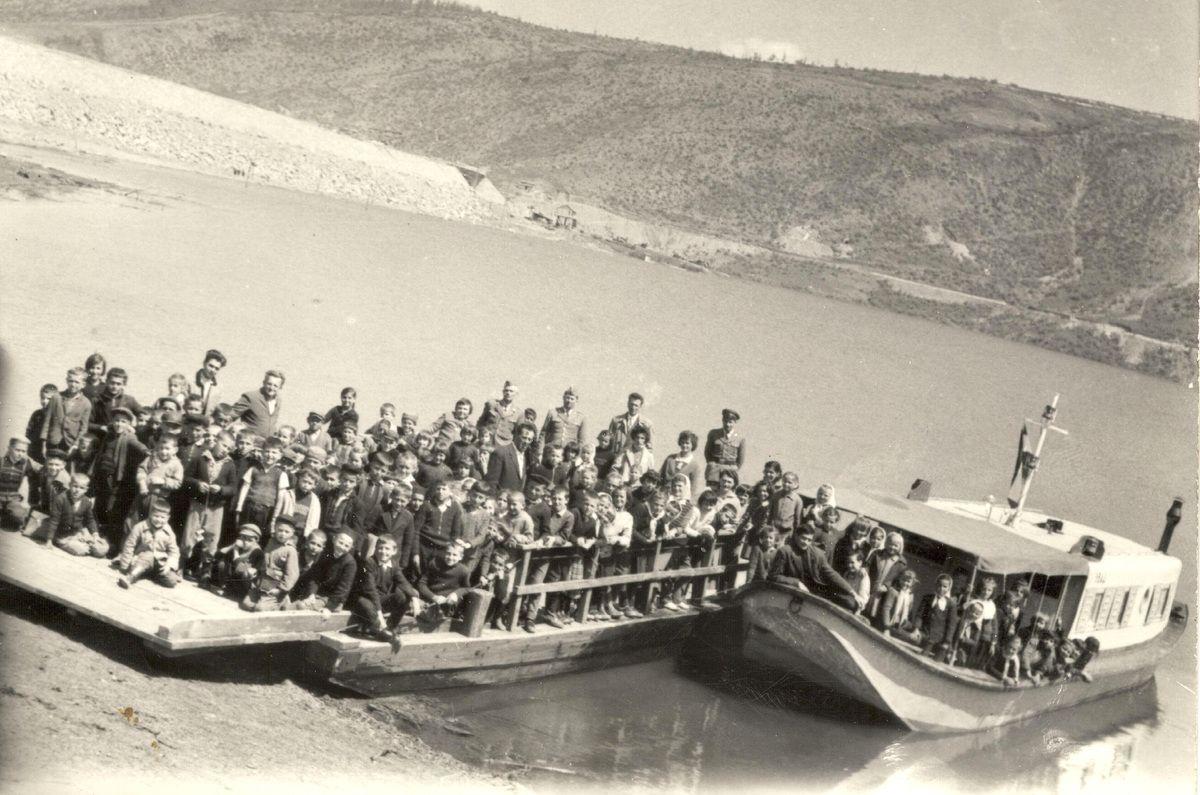 Ђаци школе у Кокином Броду на Златарском језеру 1962. године