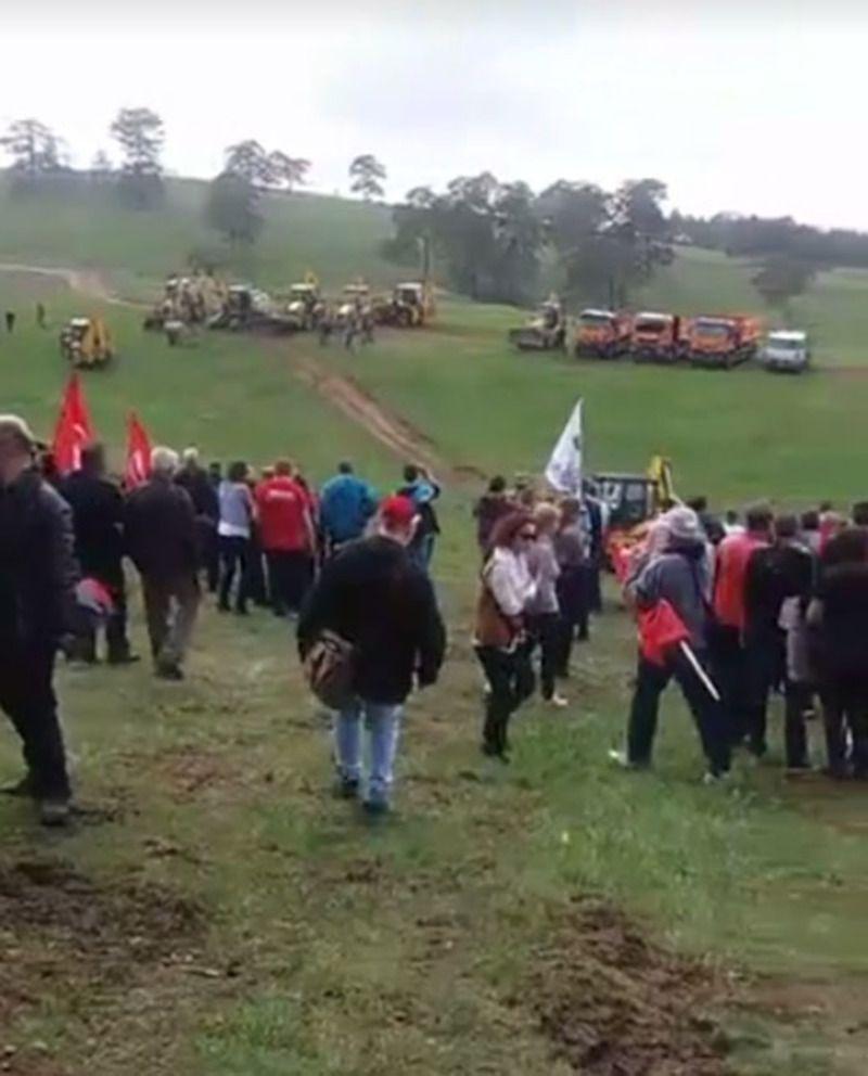 Милан Стаматовић и неколико стотина златибораца на протесту испред Владе Србије