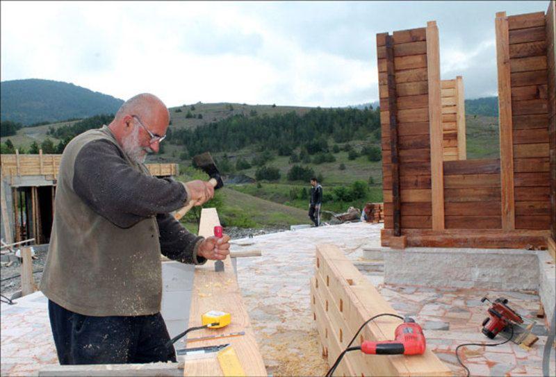 Дрводељац - Мирослав Арсенијевић користи старинске и нове алатке