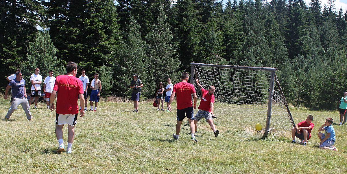 На фудбалском турниру - седам екипа и киша голова