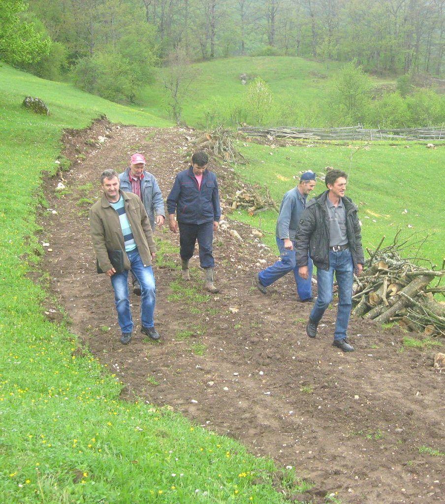 Градња пута у засеоку  Бучевци пре неку годину