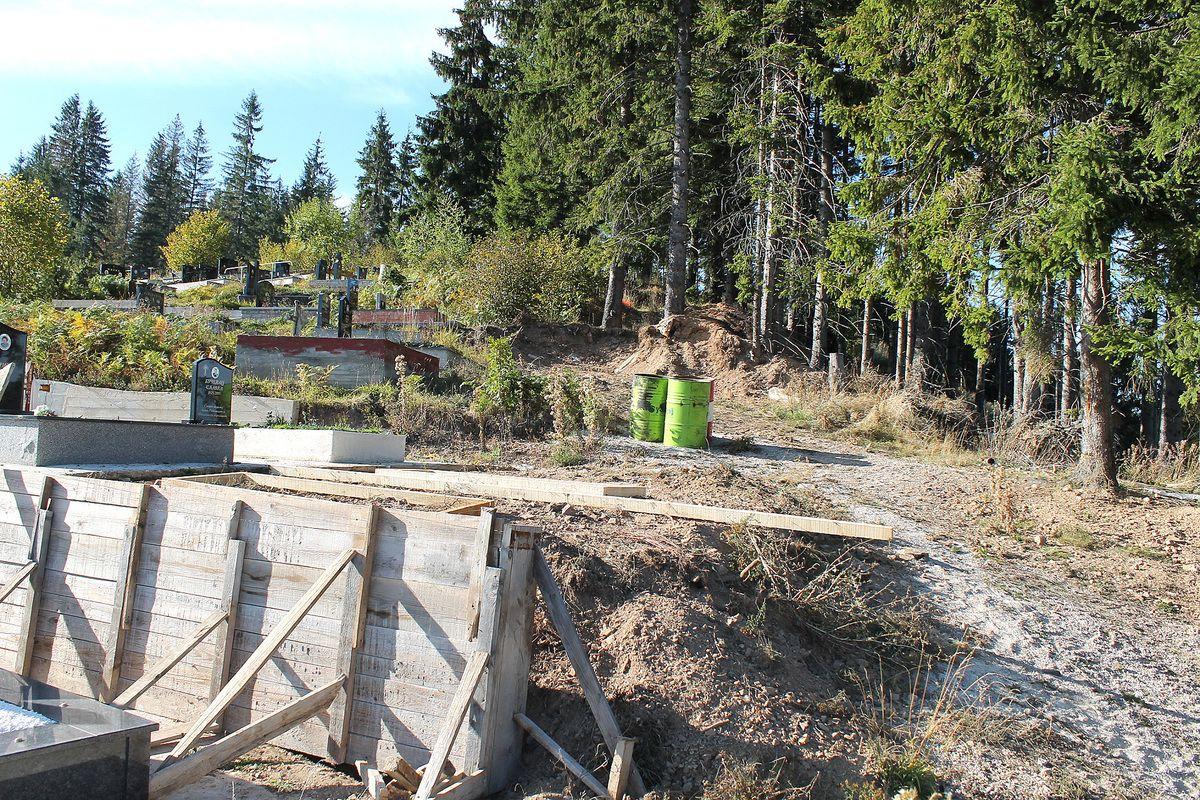 Градња гробница, чека се ограда