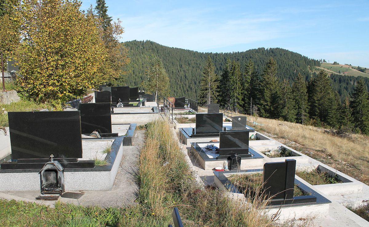 Комуналци заводе ред гробницама под конац