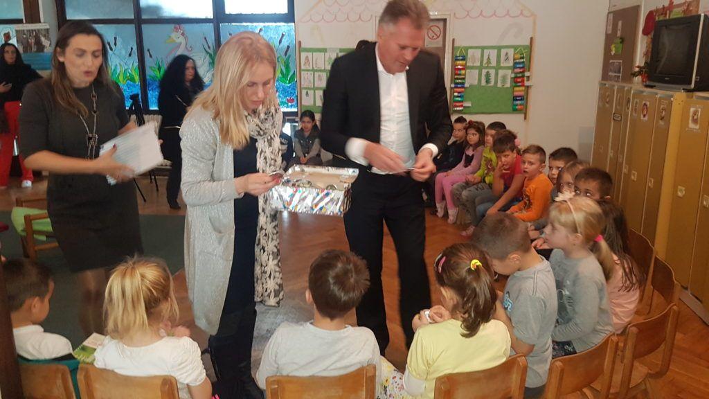Председник  општине уручује поклоне деци