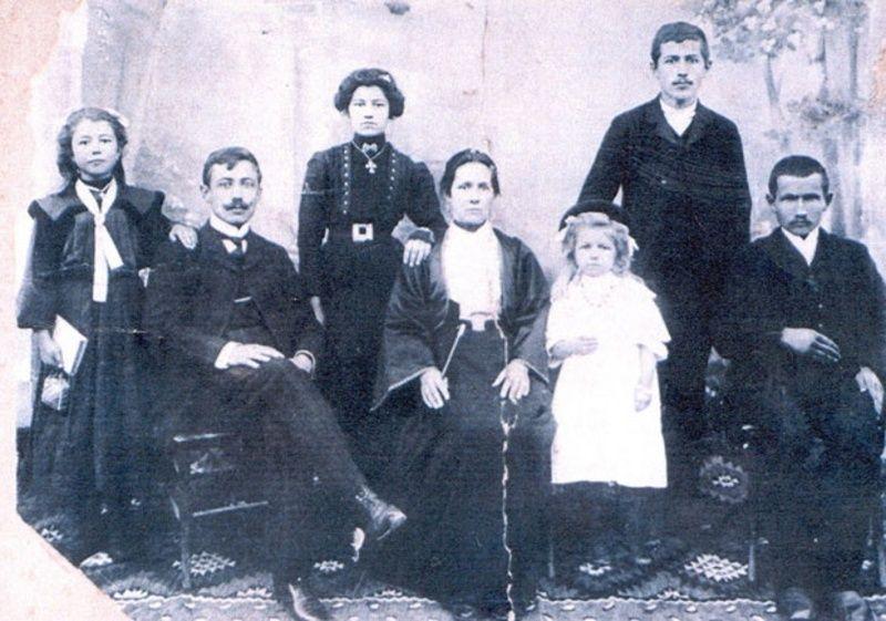 Породица Кулић (Раденко први с лева)