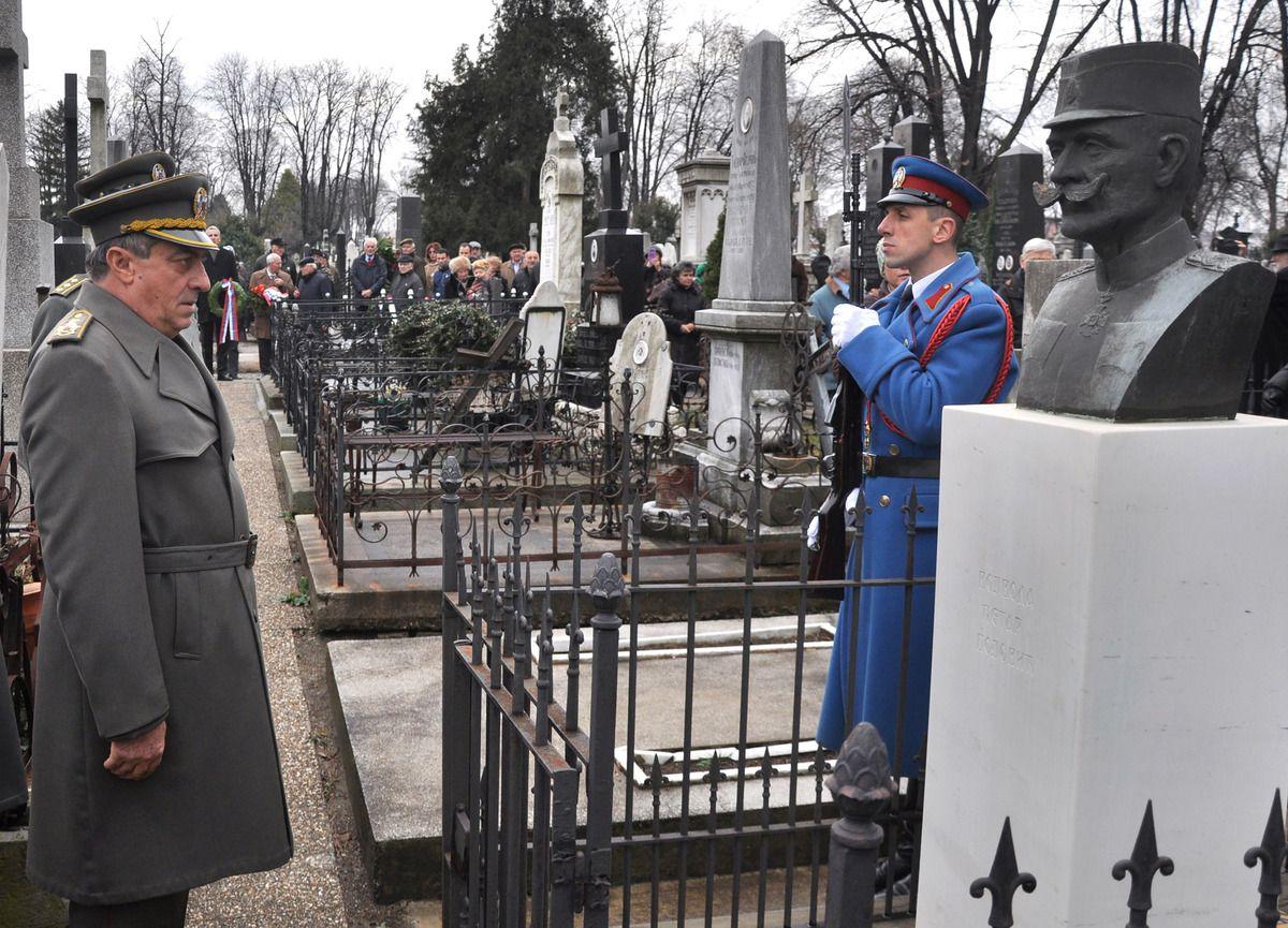 Генерал Диковић полаже венце војводама
