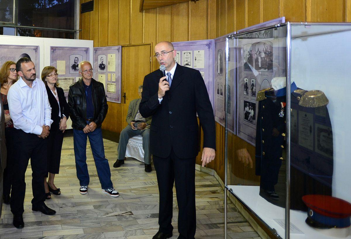 Драгоцености - кустос Радивоје Бојовић крај експоната чачанског Музеја