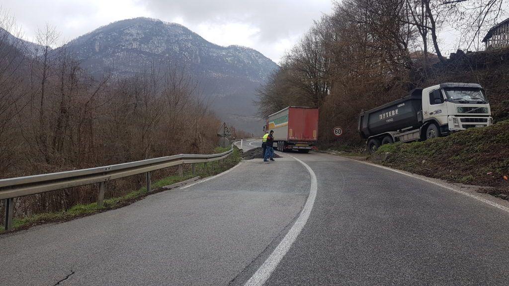 Возаче вреба опасност на саобраћајници ка граници са Црном Гором