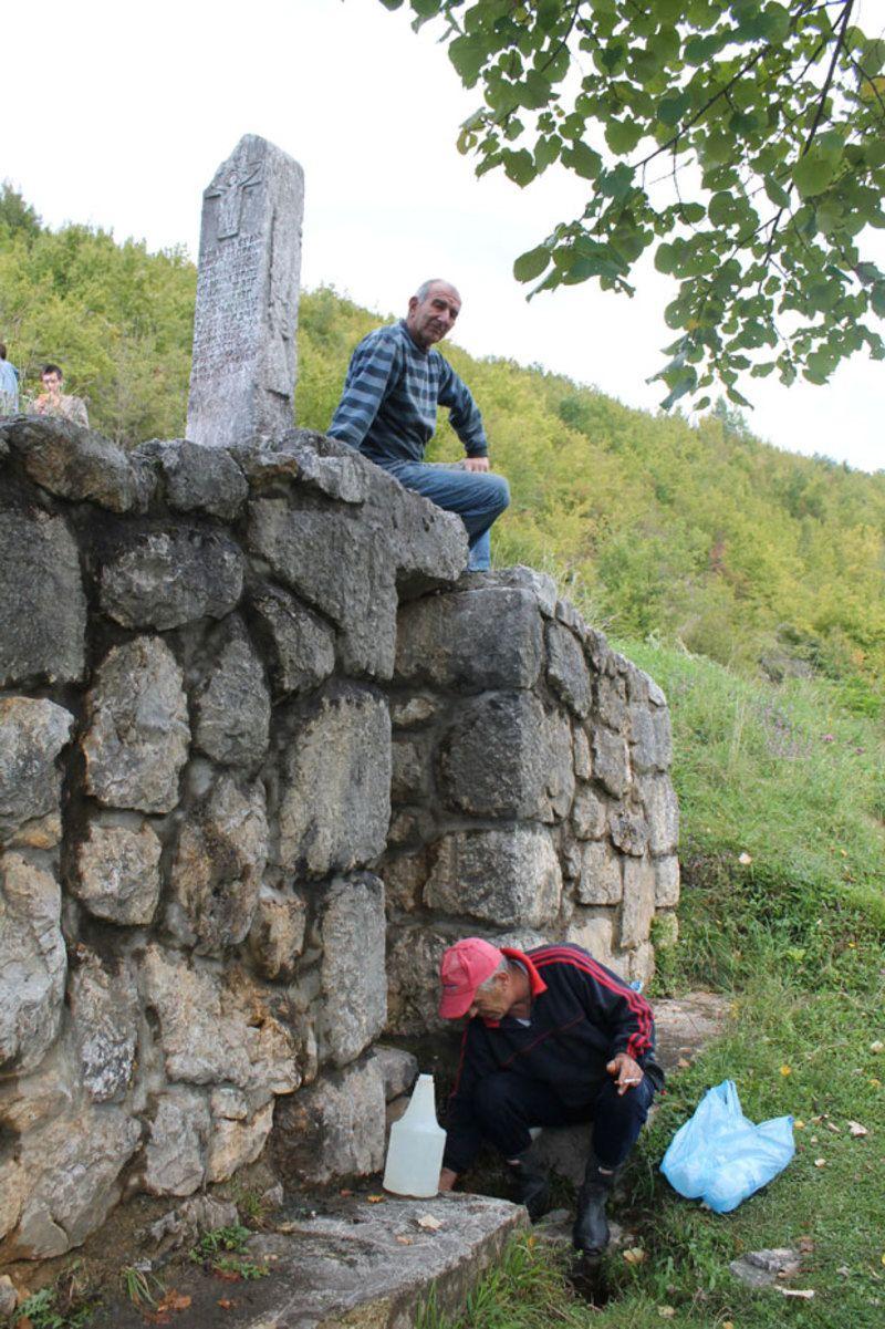 И споменик и чесма у селу Дражевићи