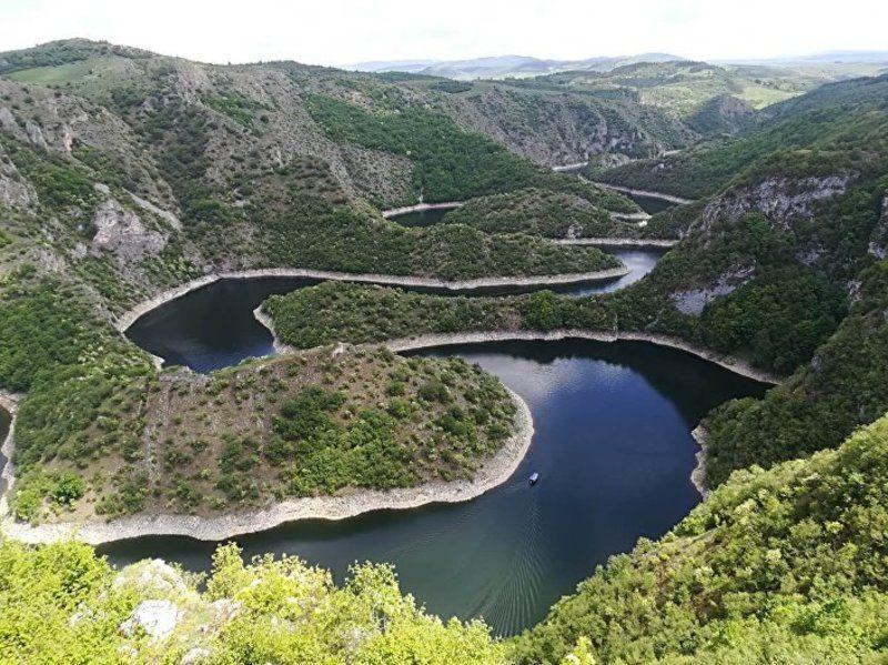 Слика коју туристи сањају, чувени меандри Увца су заштитни знак Србије. Настали су потапањем кањона Увца 1979. године за потребе хидроелектране.