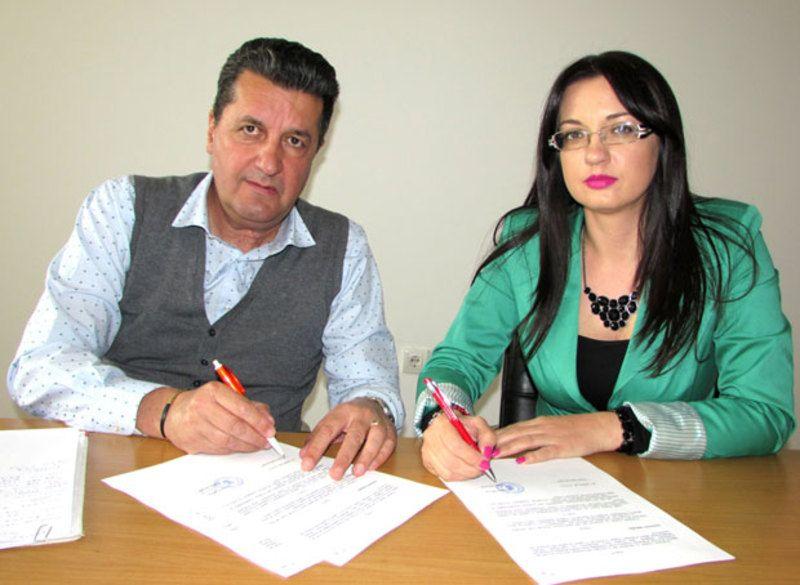 Потписивање уговора о бесплатном летовању,  Горан Цмиљановић и Јелена Лековић