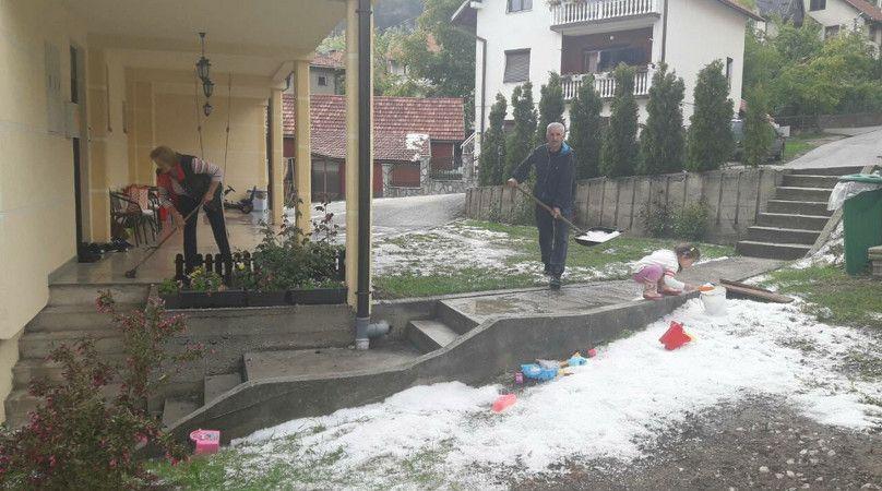 Мештани у мају скупљају град лопатом у дворишту, фото: Глас западне Србије