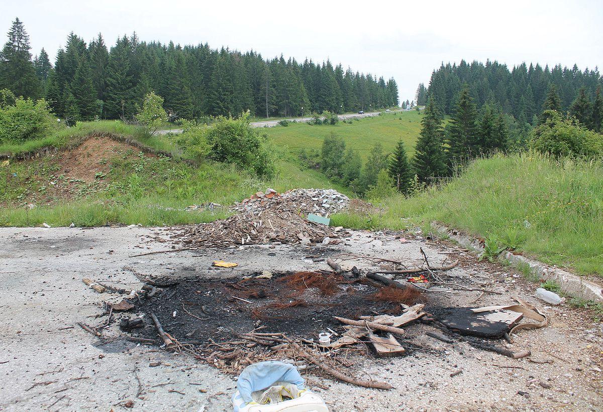 Лоше навике  - ломача и отпад  на асфалту полигона
