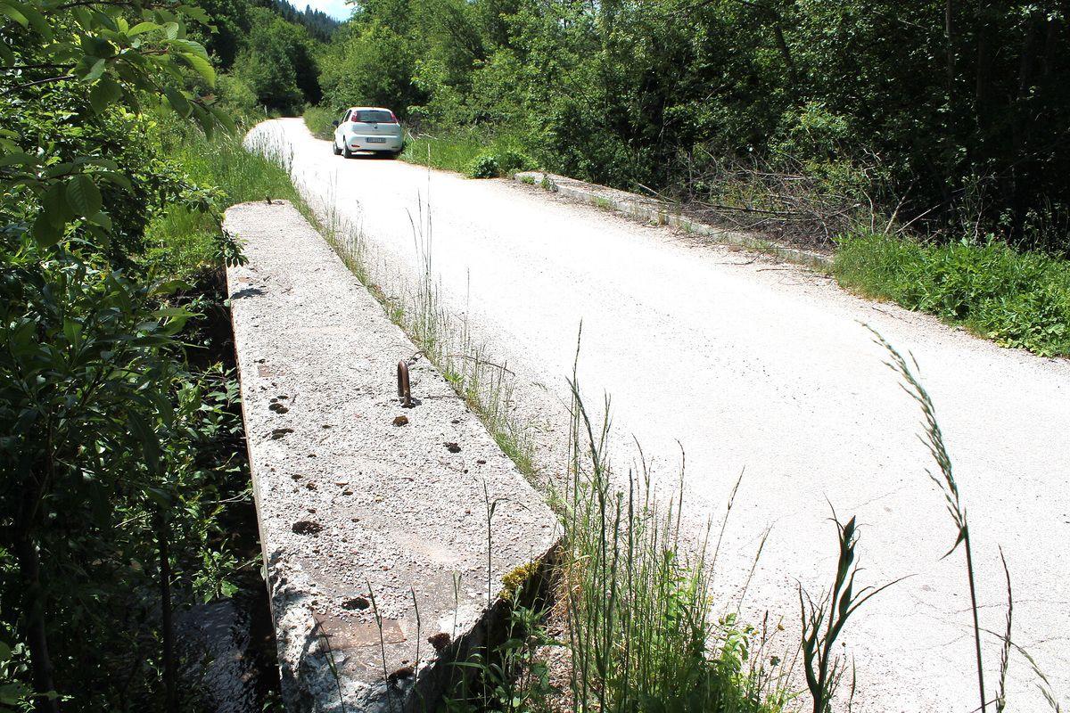 Без ограде,  главни друмски прелаз на Тисовици, код Калајитске воденице
