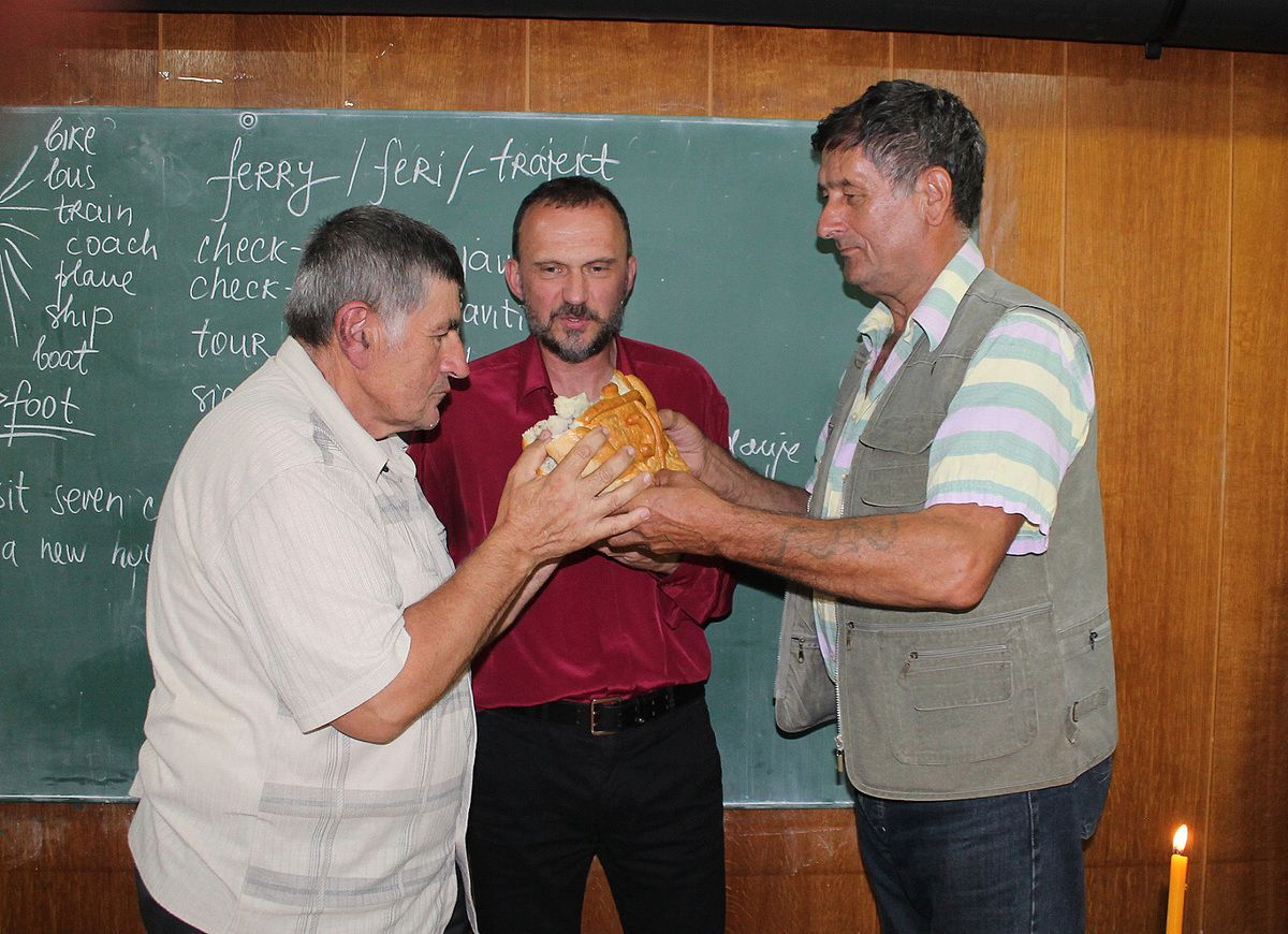Ломљење славског колача на Петровдан