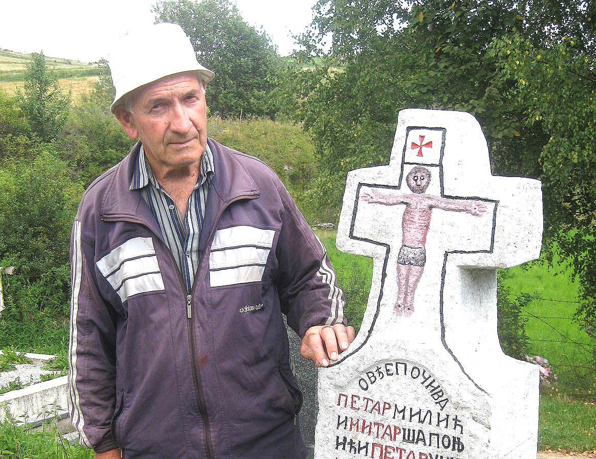Недељко Шапоњић крај једне од камених књига предака