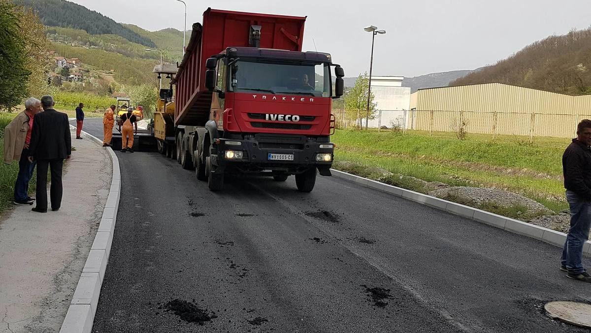 Детаљ са асфалтирања прве деонице пута од Коловрата ка Сељашници