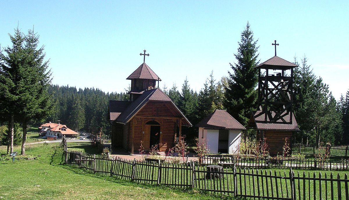 Црква и шумарска кућа у срцу планине